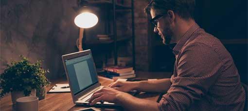 Belletristik Fernstudium - Mann schreibt Buch am Laptop