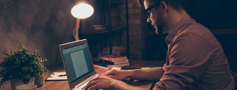 Belletristik - Mann schreibt Buch am Laptop