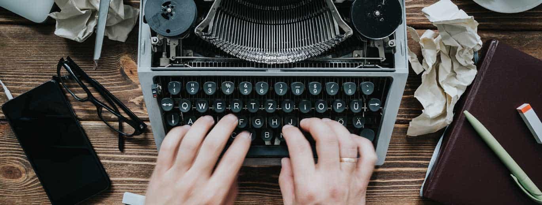 Biografisches Schreiben: Frau tippt an der Schreibmaschine