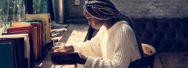 Kreatives Schreiben - Frau schreibt an einem Buch